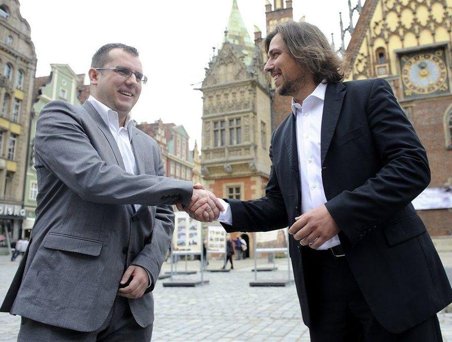 Agent Tomek i syn Ryszarda Czarneckiego razem zmieniają koło