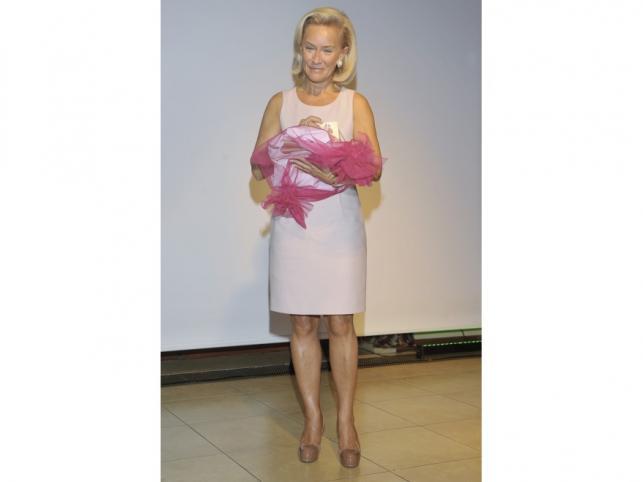 """Laureatka tytułu """"Dama Roku 2011"""" Dorota Soszyńska."""