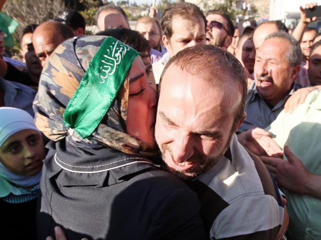 Palestyńczyk zwolniony z izraelskiego więzienia witany przez tłum zwolenników Hamasu