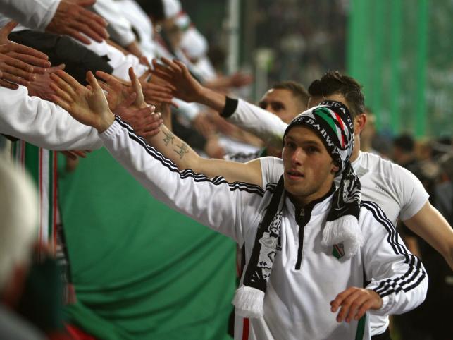 Radość piłkarzy i kibiców Legii po wygranym meczu