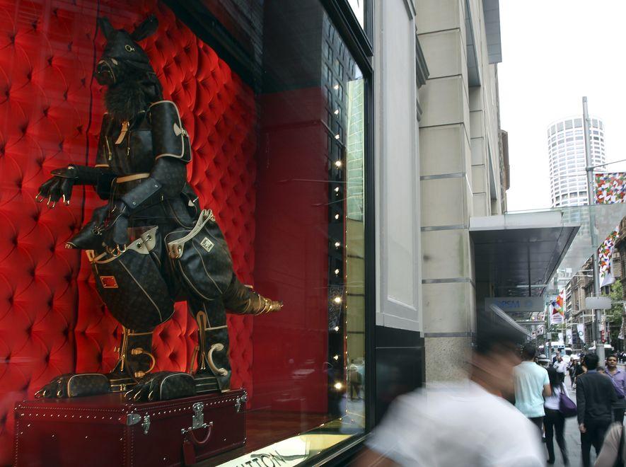 Zwierzęta z galanterii skórzanej na wystawie butiku Louis Vuitton