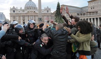 Na Placu świętego Piotra doszło w sobotę do demonstracji tak zwanych oburzonych i szamotaniny protestujących z policją. Aresztowano trzech manifestantów, w tym jednego, który wspiął się na świąteczną choinkę stojącą koło szopki. Wśród zatrzymanych jest dwóch Francuzów - podały włoskie media