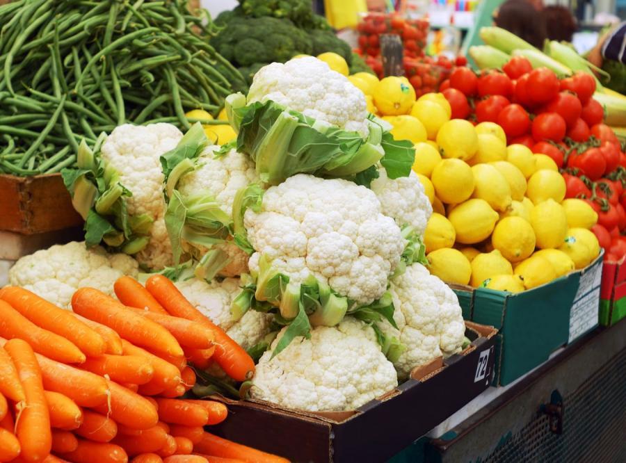 Warzywa na targowym straganie