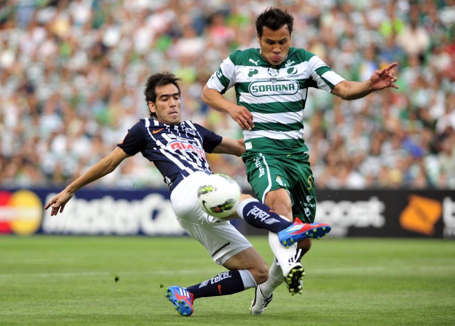 Cesar Dolgado (po lewej) z Monterrey i Aaron Galingo z Santosu walczą o piłkę w finale Ligi Mistrzów CONCACAF