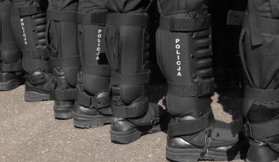 Szpaler policjantów oddziałów szturmowych