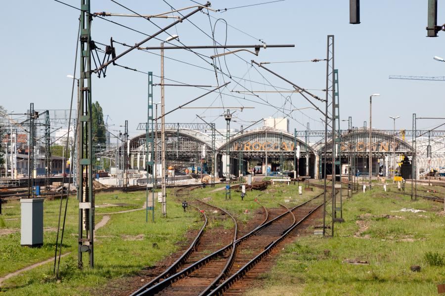 Wjazd na stację Wrocław Główny - tory kolejowe i wiata nad peronami