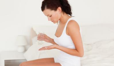 Kobieta przyjmuje leki