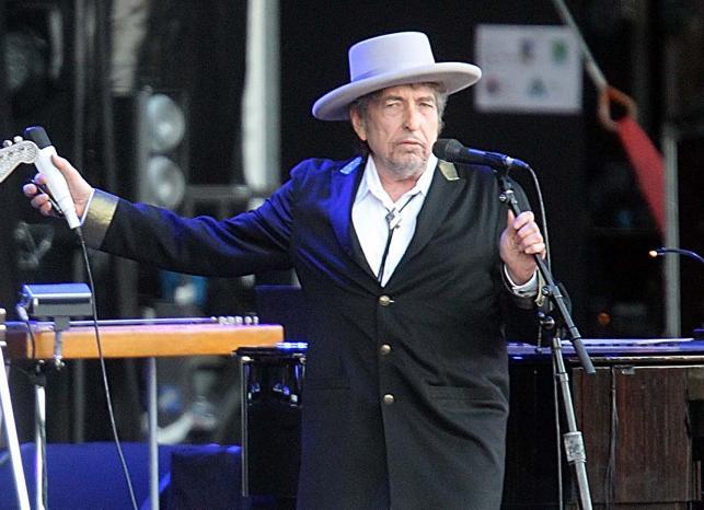 Bob Dylan podczas występu na festiwalu w Carhaix (Francja) – 22 lipca 2012