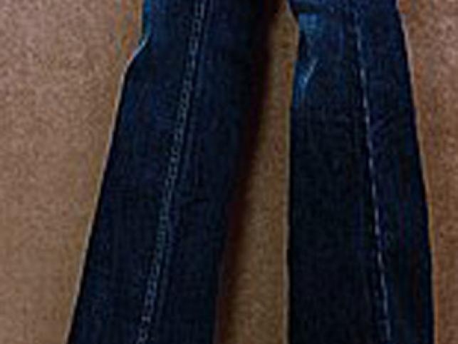 Chłopięca sylwetka nie lubi ciemnego dżinsu i kwadratowych dużych kieszeni