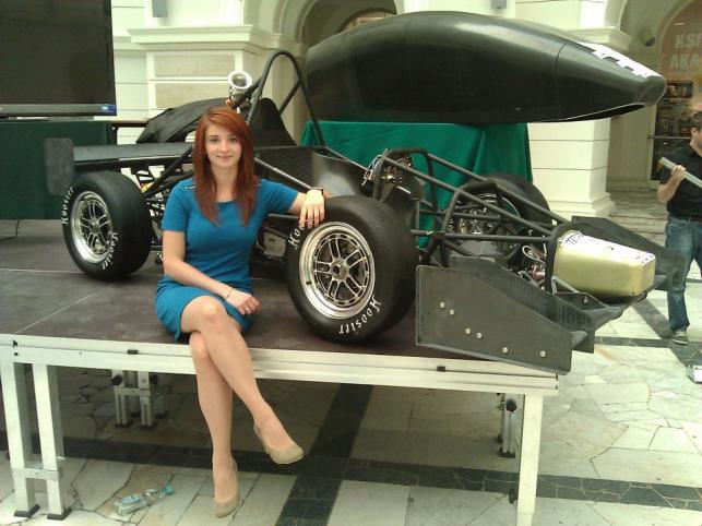 Olga Chojnacka pracująca w zespole WUT Racing/zdjęcie WUT Racing