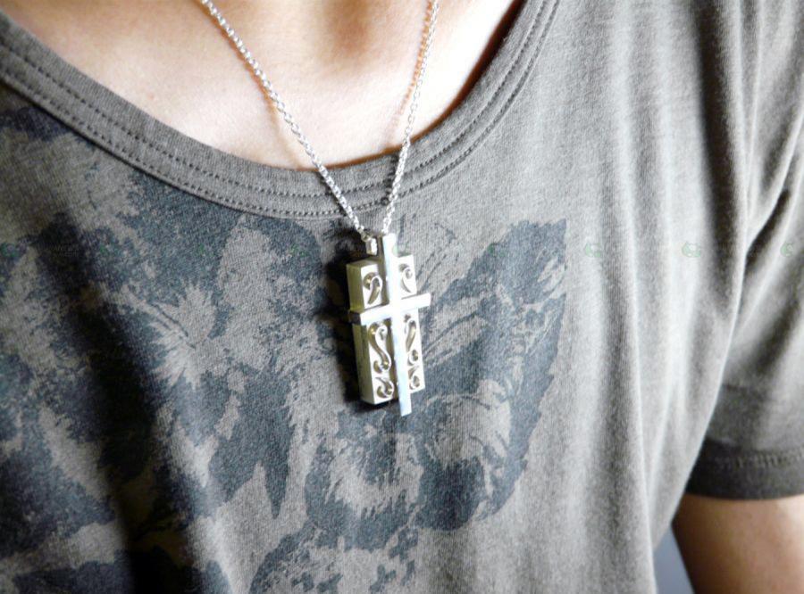 Srebrny krzyż-pendrive przerost stylu nad treścią?