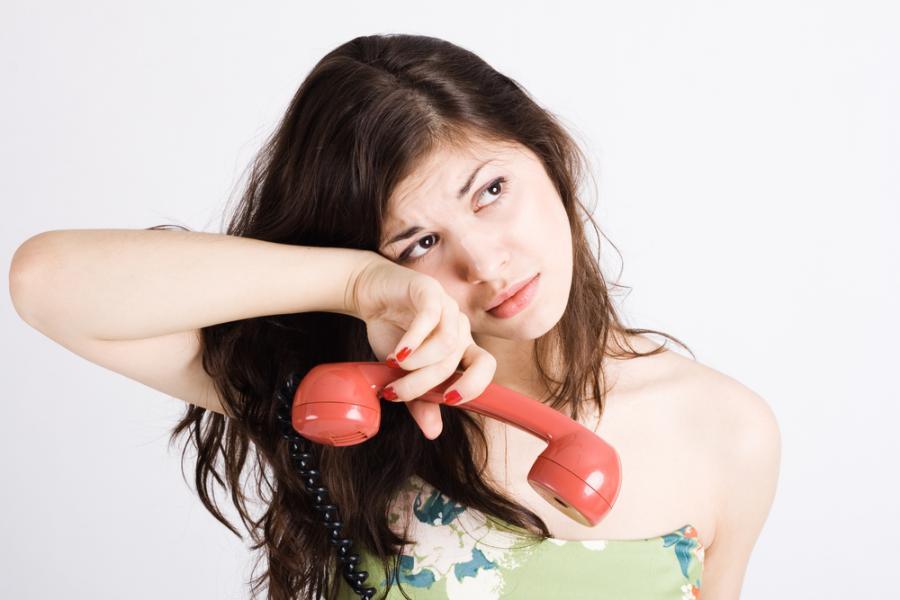 Młoda kobieta ze słuchawką w ręku