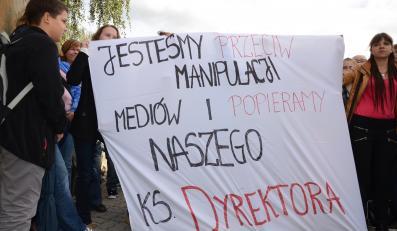 Manifestacja uczniów w obronie księdza
