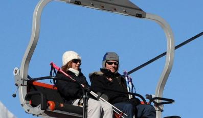 Premier szusuje w górach na nartach