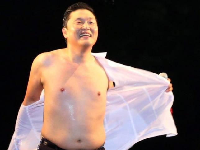 PSY podczas koncertu w Seulu