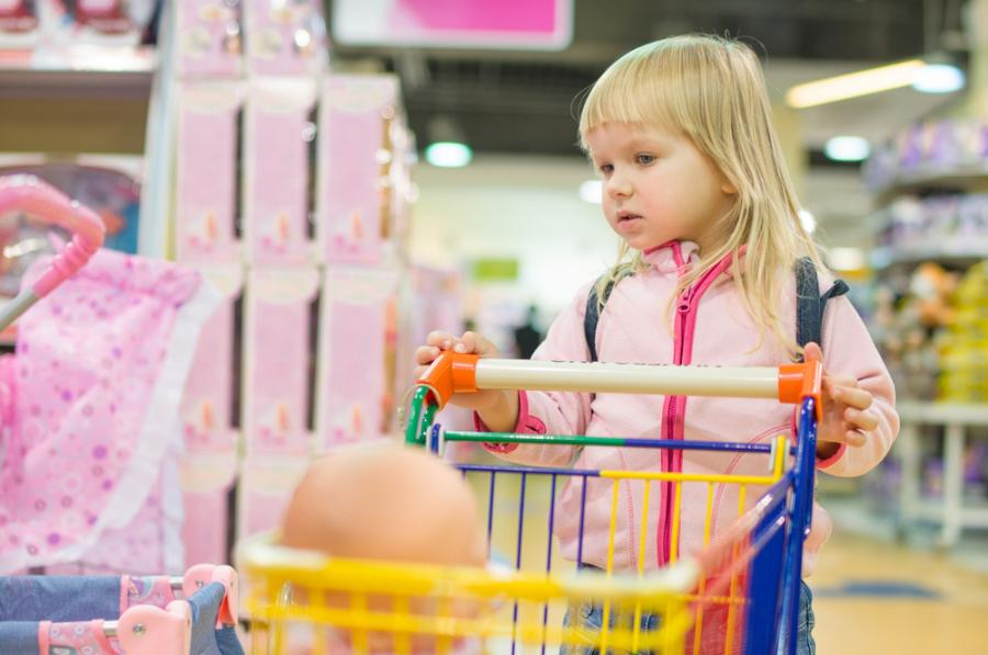 Dziewczyna w sklepie z zabawkami