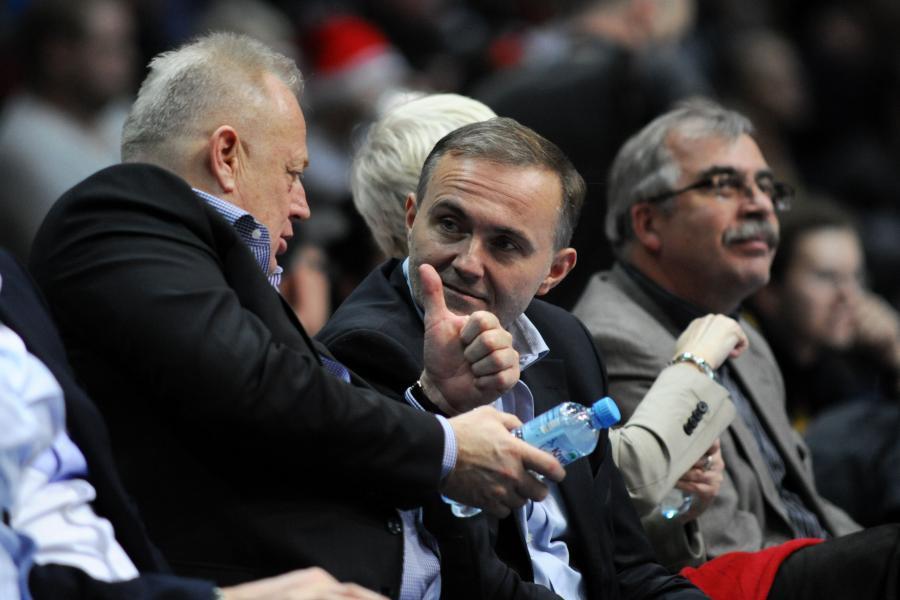 Ryszard Krauze i prezydent Gdyni Wojciech Szczurek na meczu koszykówki