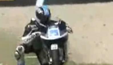 Spadł z motoru i na niego wrócił!