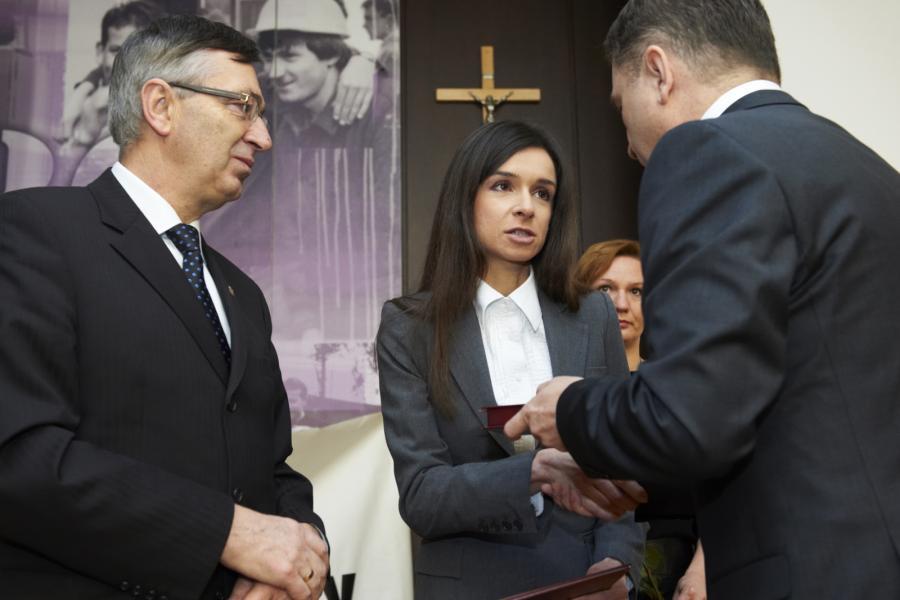 Marta Kaczyńska odbiera, z rąk przewodniczącego krajowego zjazdu delegatów NSZZ \
