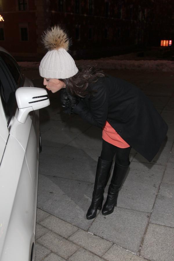Anna Mucha całuje mercedesa CLS shooting brake
