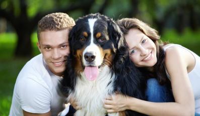 Szczęśliwa para z psem