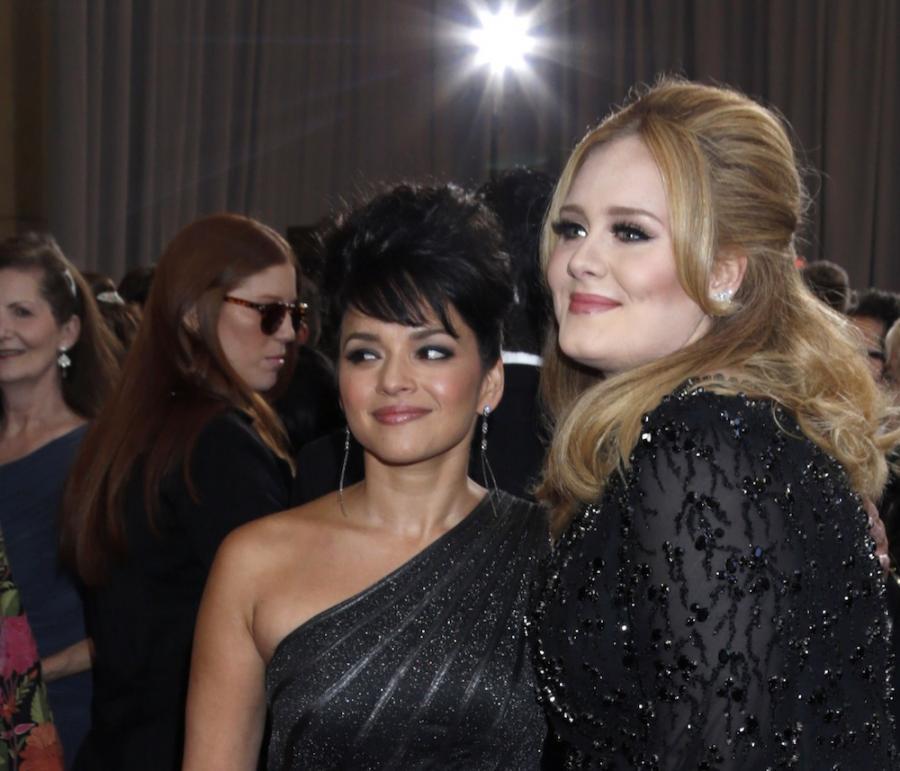 Adele w towarzystwie Norah Jones na gali Oscarów 2013