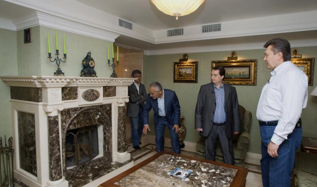 Wiktor Janukowycz (z prawej) w prezydenckiej posiadłości