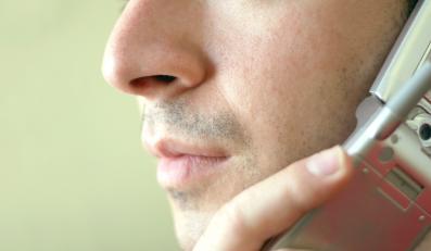 Mężczyzna rozmawia przez telefon komórkowy