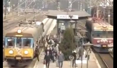 Wagon kolejowy wypełniony ludźmi