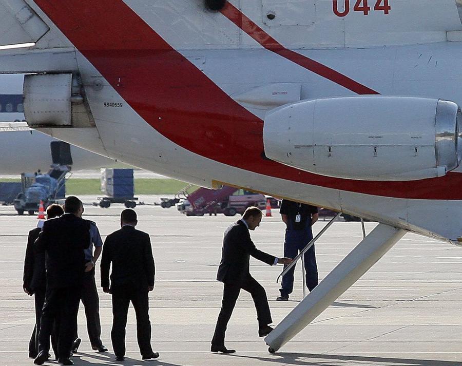 Donald Tusk wchodzi na pokład samolotu Jak-40