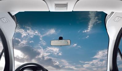 """Nowa cetrójka będzie wyjątkowa z powodu przedniej szyby """"Zenith"""", która zachodzi wysoko nad głowę kierowcy i może się przyciemniać, gdy na słońce pali niemiłosiernie"""