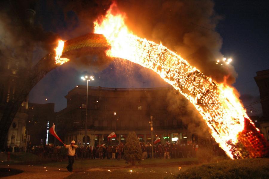 Płonąca tęcza na pl. Zbawiciela