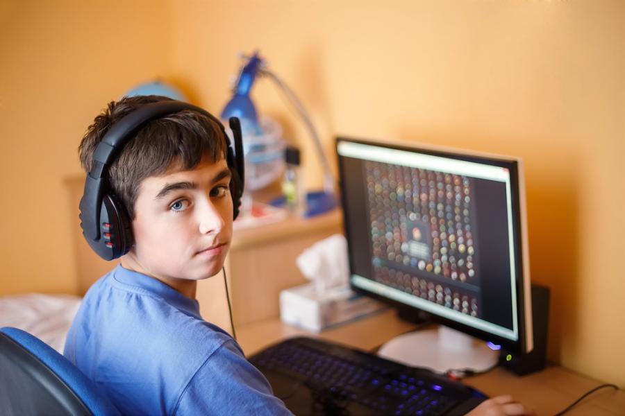 Chłopiec przy komputerze