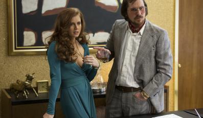 "Christian Bale i Amy Adams w filmie ""American Hustle: Jak się skubie w Ameryce"""