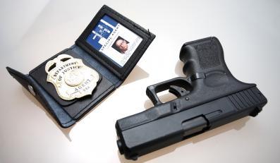 Odznaka FBI i pistolet