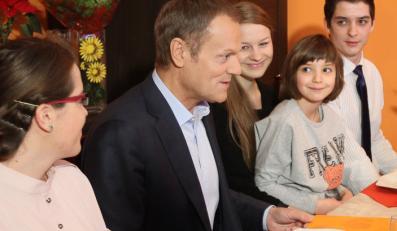 Donald Tusk przyjechał do rodziny zastępczej ze Strzałkowa