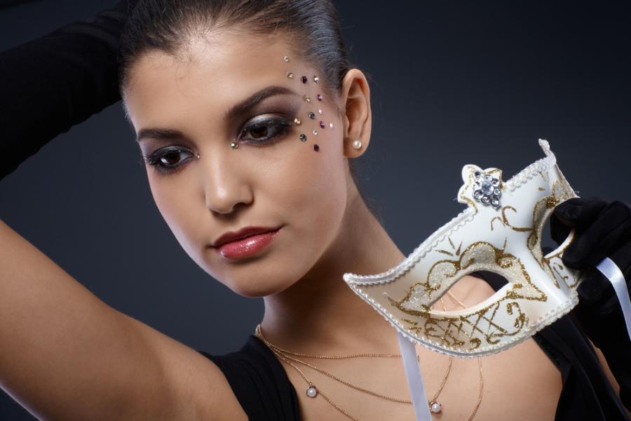 Kobieta w makijażu karnawałowym