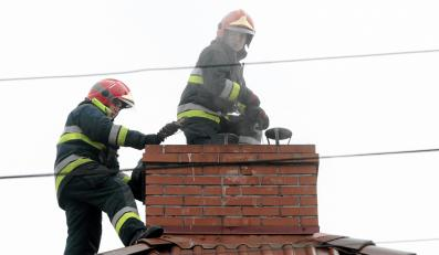 Strażacy sprawdzają komin