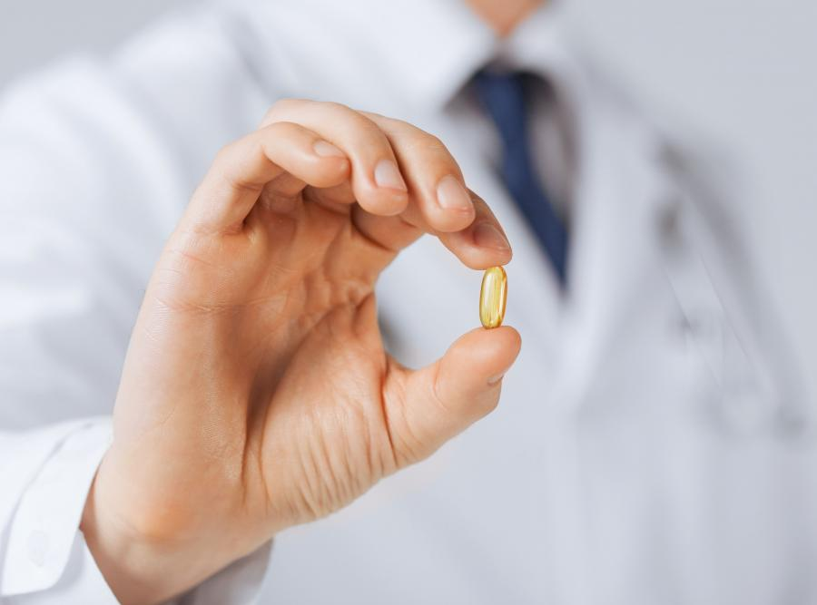 Lekarz pokazuje lekarstwo