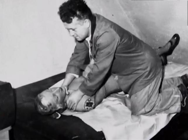 """Bogdan Arnold jak większość seryjnych morderców doczekał się własnego pseudonimu - """"Władca much"""". Ksywka ma związek z rojem much, jakie znaleziono w jego katowickim mieszkaniu. Owady przyciągnął fetor rozkładających się ciał kobiet. To właśnie muchy zdradziły mordercę. Gdyby nie rój owadów zauważonych przez sąsiadów, policja nie wpadła by na jego trop."""