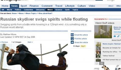Rosyjski spadochroniarz pije podczas skoku