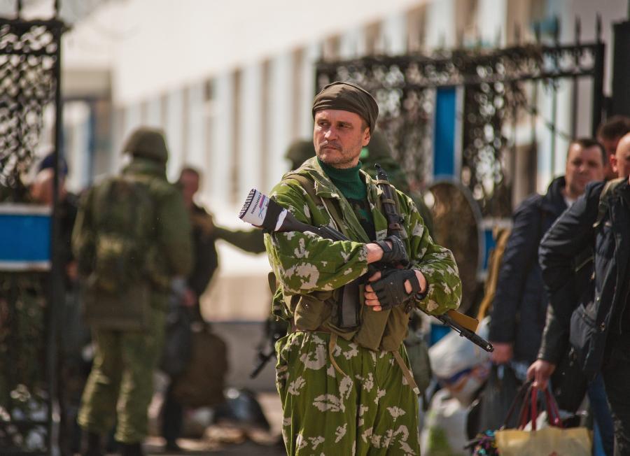 Ukraińscy żołnierze opuszczają jednostkę wojskową