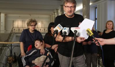 Jeden z protestujących w Sejmie rodziców, Wojciech Kalinowski odczytuje oświadczenie