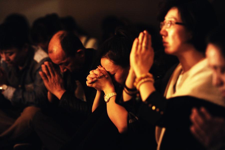 Krewni modlą sie za pasażerów zaginionego boeinga