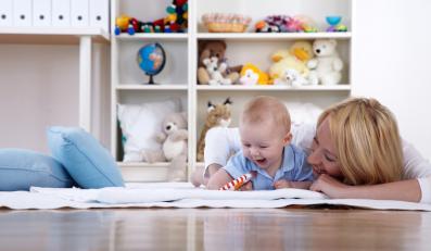 Matka bawiąca się z niemowlęciem