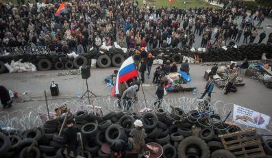 Barykada przed budynkiem administracji w Doniecku
