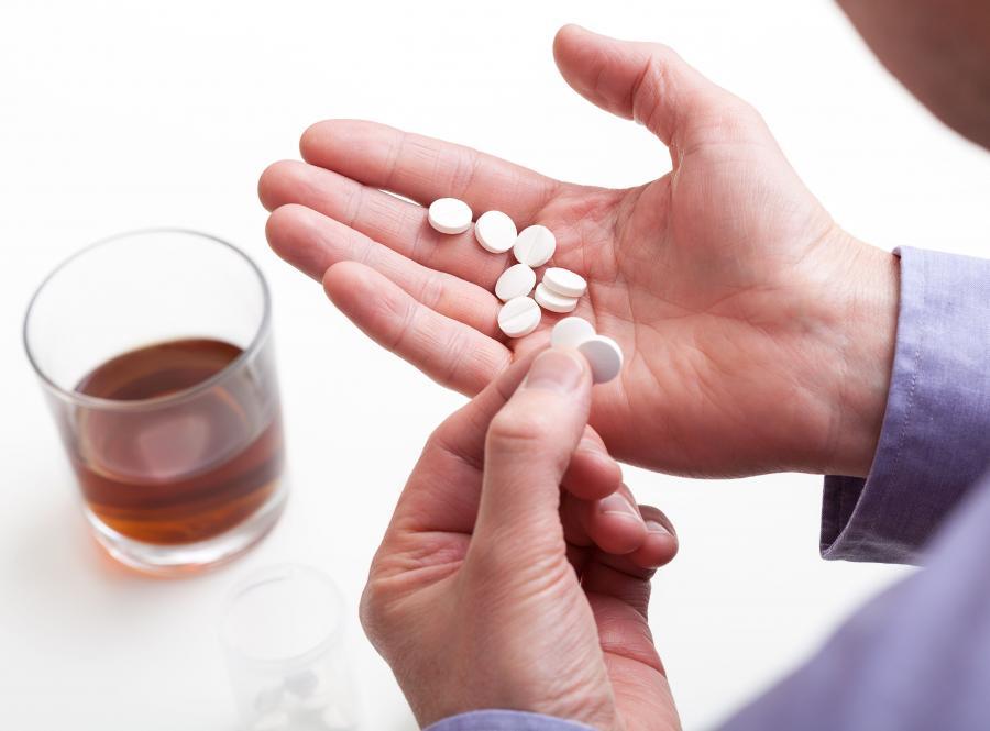 Mężczyzna bierze tabletki