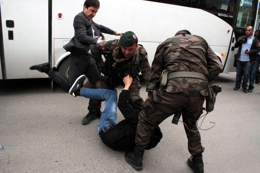 Doradca tureckiego premiera kopie demonstranta