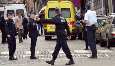 Policja przed Muzeum Żydowskim w Brukseli