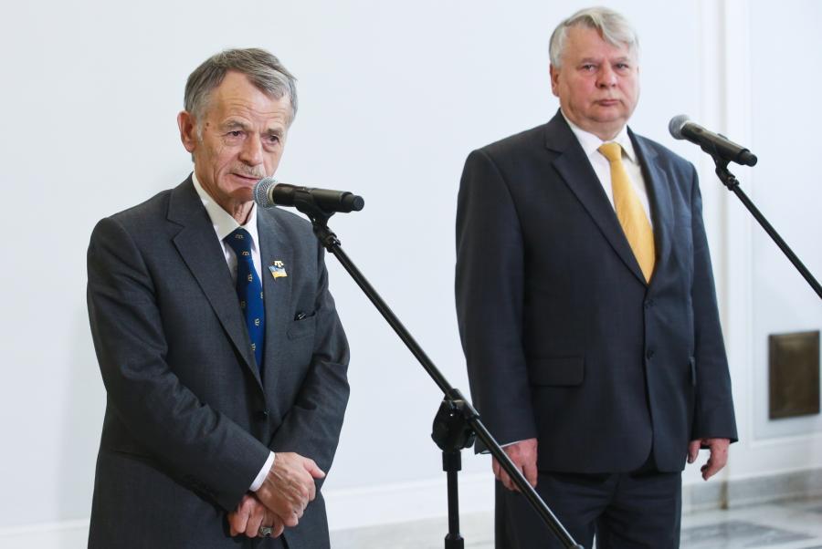 Marszałek Bogdan Borusewicz oraz lider Tatarów Krymskich Mustafa Dżemilew w czasie konferencji prasowej, 3 bm. w Senacie